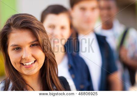 Porträt von Teenager Schulmädchen mit Freunden