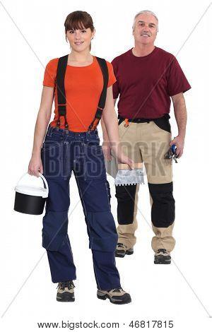 Uma equipe de montadores de telha