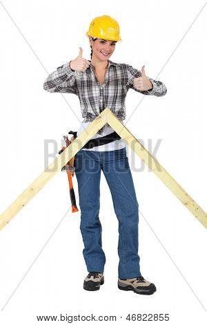 Carpinteiro de cima do dando dois polegar