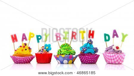Bunte Cupcakes mit happy Birthday Kerzen isolated over white background