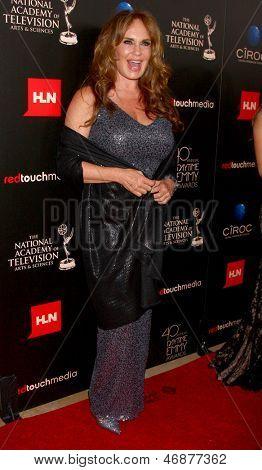 LOS ANGELES - 16 de JUN: Catherine Bach chega no 40º Daytime Emmy Awards no Skirball cultura