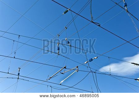 Oberleitung mit blauer Himmel