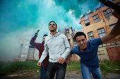 Постер, плакат: Портрет ярости dudes делая повстанцев в гетто