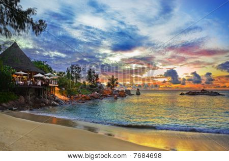 Cafe en Tropical playa al atardecer
