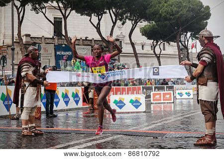 Meseret Kitata Tolwak while crossing the finish line first at the 21th Rome Marathon