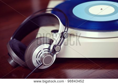 Analog Stereo Turntable Vinyl Record Player with headphones