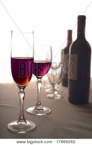 Copos e vinho tinto