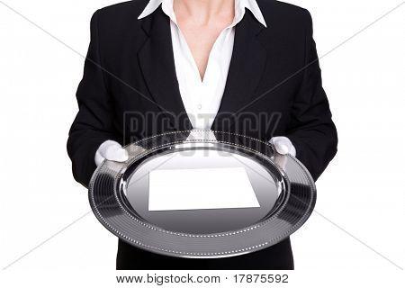 Foto de un mayordomo mujer sosteniendo una bandeja de plata con la tarjeta blanca en blanco, aislada contra un blanco backg