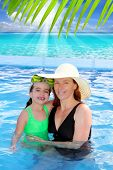 Постер, плакат: мать и дочь обнять в бассейн тропический пляж Карибского фон