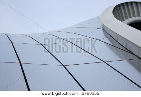 Una estructura de techo moderna con superficie reflectante