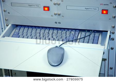 DVD glass Master testing unit. including mouse and keyboard with Chinese and English characters