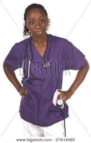Enfermera afroamericana con estetoscopio y presión arterial brazalete