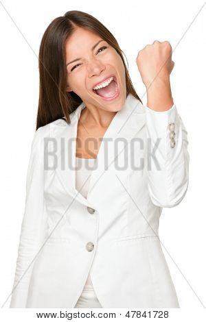 Retrato de enérgica joven empresaria apretando el puño aislado sobre fondo blanco