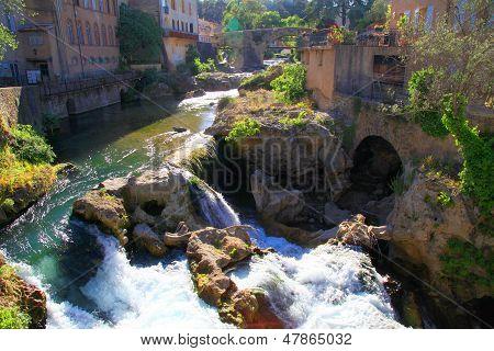Pueblo con cascada, Provence, Francia.