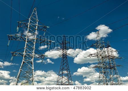 líneas de alta tensión en el cielo nublado
