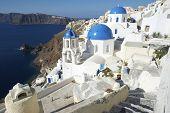 Постер, плакат: Санторини Греция ия деревня Голубая Церковь купол архитектура кальдеру