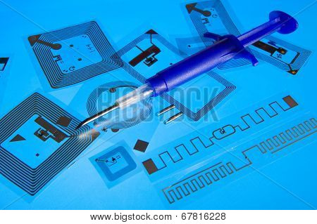 RFID implantation syringe and RFID tags