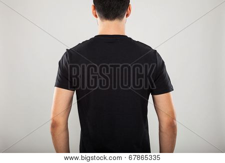 Back portrait of a model wearing a black t-shirt
