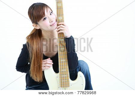 woman with 5 strings bass