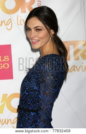 LOS ANGELES - DEC 7:  Phoebe Tonkin at the