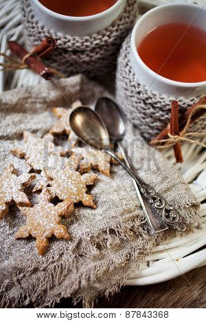 Mulled wine with gingerbread cookies