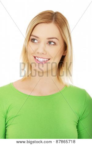Casual young woman smiling and looking up.