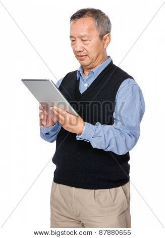 Old man learn to use tablet pc