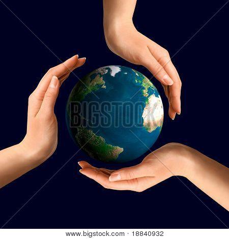 konzeptionelle recycling-Symbol über Erde Globus Umwelt und Ökologiekonzept von Händen gemacht