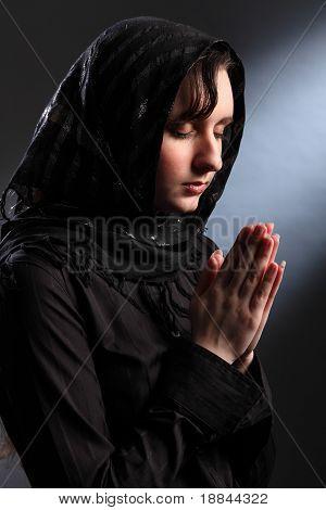 Mulher religiosa, meditando na adoração espiritual