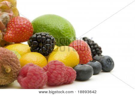 bayas frescas y frutas sobre fondo blanco