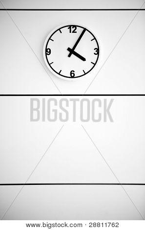 Uhr auf weiße Wand