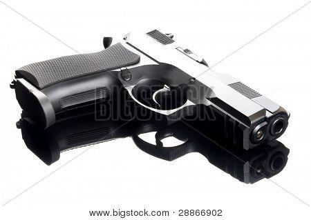 arma de la mano de 9 mm en la mesa de cristal con reflexión