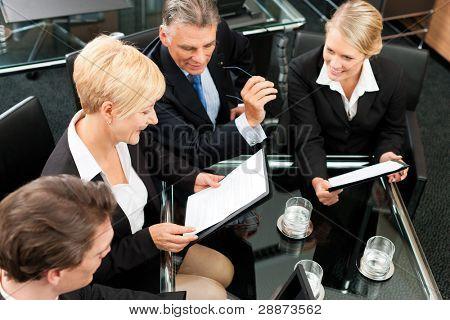Negócios - reunião em um escritório; os empresários estão discutindo um projeto