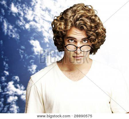 Retrato de joven estudiante contra un fondo de cielo nublado