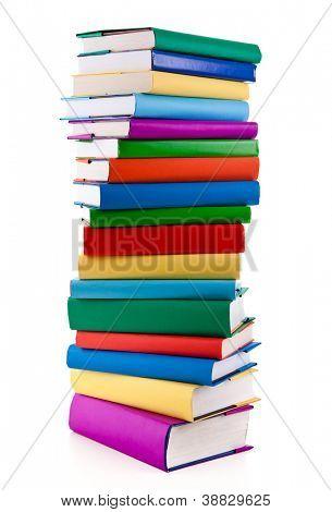 Pila de libros sobre fondo blanco