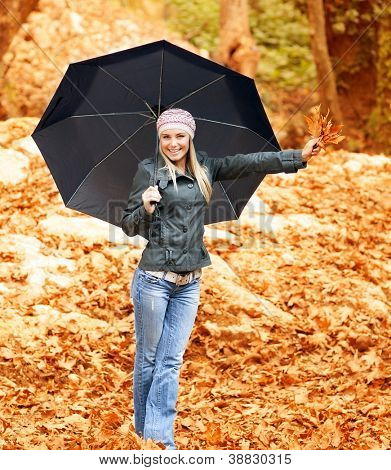 Photo lovely woman walk under umbrella in rainy day in autumnal park