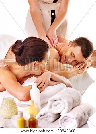 Hombre y mujer relajante en el spa. Aislado.