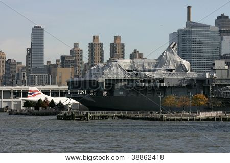NEW YORK - NOV 1: Das Space Shuttle Enterprise legt auf der USS Intrepid am 1. November 2012 in neuen Y