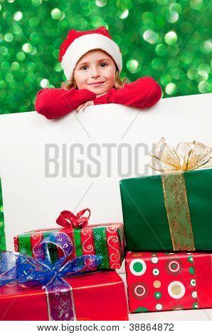Natal, garoto - lindo Papai Noel com presentes de Natal e placa branca - espaço para texto