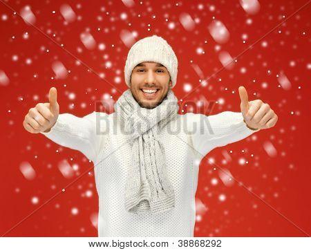 Foto de homem bonito na camisola quente com neve