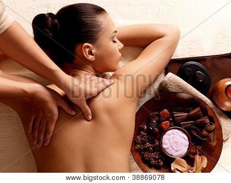Mujer con masaje en el Spa Salon