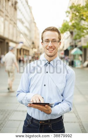 Empresário homem computador Tablet usando no espaço público