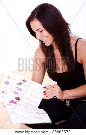 Happy Woman zu Hause entspannen und lesen Magazin