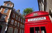 Постер, плакат: Поле красный телефон в Лондоне