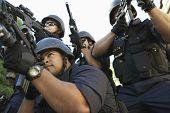 Постер, плакат: Группа сотрудников полиции направленных с оружием