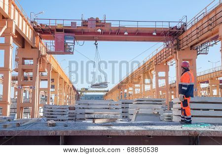 Slinger with crane operator work