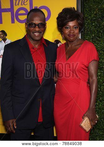 LOS ANGELES - AUG 09:  VIOLA DAVIS & husband JULIUS arrives to the