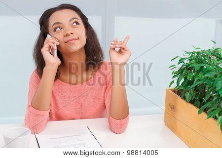 Pretty mulatto woman talking per mobile phone