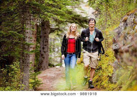 Camping caminhadas de homem e mulher