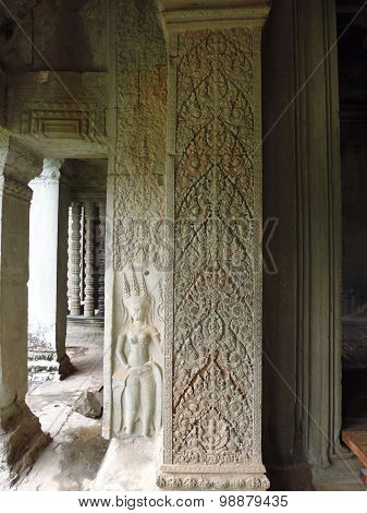 Photo the column that is decorated with floral ornaments and bas-relief women